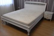 Кровать с белым изголовьем