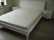Белая двуспальная кровать